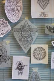 Verschiedene Tattoo-Vorlagen im Studio Stichflut. (Bild: Mareycke Frehner)