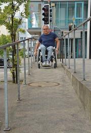 Stadtplanprojektleiter Markus Böni zeigt auf, dass die Rampe beim Departement Soziales, Jugend und Alter gut befahrbar ist.