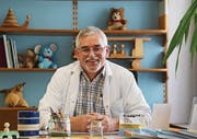 So kennen ihn seine Patienten – Dr. Roland Denoth in der Rorschacher Praxis. (Bild: Sandra Grünenfelder)