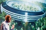 Stararchitekt Norman Foster spricht vor Studenten in Lausanne, im Hintergrund eine Visualisierung des neuen Hauptsitzes von Apple in Cupertino. (Bild: Valentin Flauraud/Keystone (15. September 2015))