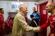 Hannes W. Keller begrüsst die Winterthur-Spieler vor dem wichtigen Cupspiel 2012 gegen Basel. (Bild: Urs Jaudas)