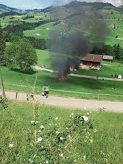 Das PS-starke Elektroauto geriet nach der Zieldurchfahrt über ein Wiesenbord und brannte komplett aus. Bild: Leser (bild)