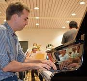 Benjamin Engeli probt mit der Brass Band Musikgesellschaft Hörhausen im Oberstufenzentrum Rietwies in Müllheim. (Bild: Margrith Pfister-Kübler)