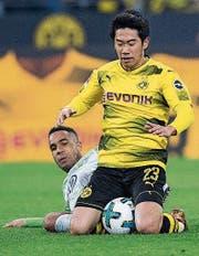 Wolfsburgs Daniel Didavi (links) und der Dortmunder Shinji Kagawa im Zweikampf. (Bild: AP)
