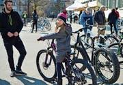 Amelie testet an der Velobörse ein neues Mountainbike. (Bild: Mario Testa)