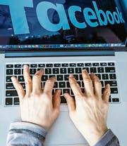 Ein böses E-Mail oder ein beleidigender Post in den sozialen Medien ist schnell geschrieben. (Bild: KEY)