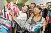 Domino, Frithjof und Marion Gasser suchen im Kostümfundus nach einem besonderen Kleidungsstück. (Bild: Donato Caspari)