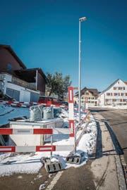 Die Unterflurcontainer an der Hauptstrasse in Hosenruck. Der Bau wurde sistiert, seither steht alles auf der Baustelle still. (Bild: Reto Martin)