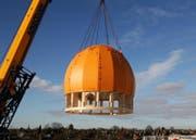 Die goldene Kuppel wird auf der Moschee platziert. (Bild: PD/Blumer-Lehmann AG)