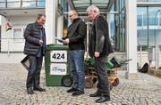 Kantonsrat Kurt Egger übergibt die Petition mit 424 Unterschriften an Gemeinderat Bernhard Braun und den damaligen Gemeindeammann Robert Meyer. (Bild: Olaf Kühne (12. Januar 2015))