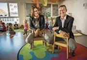 Kathrin Strasser, die neue Leiterin des Kinderhauses Floh, und Stadtrat Richard Hungerbühler besuchen eine Gruppe. (Bild: Reto Martin)