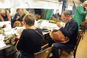 Kostümbildner Bernhard Duss legt auch selbst Hand an. (Bild: Carola Nadler)