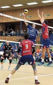 Amriswils Aleksandar Ljubicic versucht, die korsischen Gegenspieler zu düpieren. (Bild: Mario Gaccioli)
