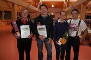 Für langjährige Tätigkeit auf den Werdenberger Alpen wurden die Älpler Heinrich Heinzle, Stefan und Haidi Innerhofer von Alpsektionspräsident Beat Lenherr geehrt (von links). (Bild: Leo Coray)