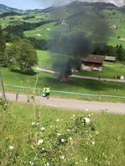 Nach dem Unfall fing Richard Hammons PS-starker Elektrobolide Feuer. (Bild: Leserbild)
