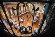 Der Blick von der Galerie in den grossen Bürgersaal zu einer Sitzung des Gemeinderats. (Bild: Reto Martin (23. August 2017))