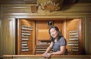 Eun Hye Lee, Organistin in der katholischen Kirche in Weinfelden, an der Domorgel. (Bild: Urs Bucher (St. Gallen, 1. August 2015))