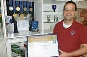 Ballonpilot Pascal Witprächtiger mit seinen Auszeichnungen. (Bild: PD)
