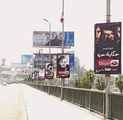 Plakate für Ramadan-Serien an einer Kairorer Strasse. (Bild: Yehia Sayed)