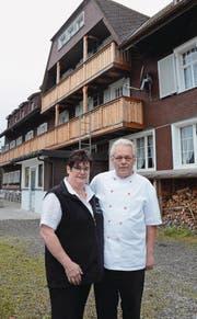 Ende Monat heisst es Abschied nehmen: Das Wirtepaar Helga und Peter Steininger vor «ihrem» Berggasthaus Voralp. (Bild: Hanspeter Thurnherr)