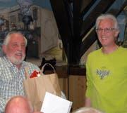 Ernst Frehner (links) wurde von Präsident Röbi Bislin mit der Urkunde für die Ehrenmitgliedschaft und einem Präsent beschenkt. (Bild: Josef Dudli)