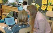 Lehrerin Alexandra Zingg hilft einer Schülerin bei der Arbeit mit einem Convertible. (Bild: Gianni Amstutz)