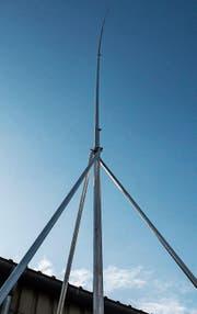 Das Bauvisier steht. 22 Meter hoch soll die neue Antenne neben der Busswiler Stahl Leo AG werden. (Bild: Florian Beer)