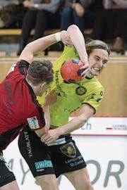 Amadeus Hedin (rechts) von St. Otmar versucht sich gegen Gossaus Niels Ham durchzusetzen. (Bild: Urs Bucher)