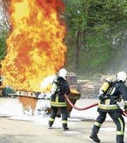 Die Feuerwehrleute bekämpfen einen Flüssigkeitsbrand mit Schaum. (Bild: PD/Stephan Keller)