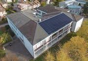 Im Rahmen der Sonderwoche «Bugalu spart Energie» wurde eine Solaranlage auf dem Dach des Schulhauses installiert.