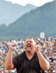 Ein Erfolg für die Ewigkeit: Christian Stucki nach dem Sieg im Schlussgang. (Bild: Peter Schneider/KEY)