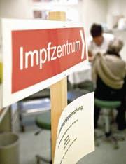 1,3 Millionen Schweizer liessen sich gegen das H1N1-Virus impfen. (Bild: ky/Ennio Leanza)