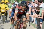 Greg van Avermaet fährt über einen der berühmten Kopfsteinpflaster-Sektoren von Paris–Roubaix. (Bild: Bernard Papon/EPA)