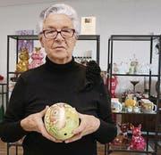 Bruni Piller schafft Kunstwerke aus den unterschiedlichsten Eiern. (Bild: Res Lerch)