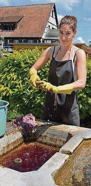 Sie geht ihrer gewohnten Arbeit nach: Christina Frei wäscht ihre Färbetücher. (Bild: Inge Staub)