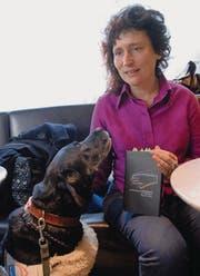Yvonn Scherrer mit ihrem Blindenhund Safir. (Bild: Hansruedi Kugler)