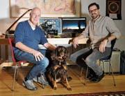 Thomas Lüchinger und Samuel Kellenberger im Studio mit Hündin Cleopatra. (Bild: Simon Roth)