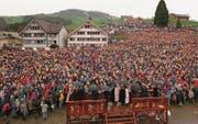 Über die letzte Totalrevision der Kantonsverfassung entschied noch die Landsgemeinde, und zwar jene von 1995 in Hundwil. Zwei Jahre später (Bild) fand, ebenfalls in Hundwil, die letzte Ausserrhoder Landsgemeinde statt. (Bild: Keystone (27. April 1997))
