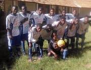 Ein Stück Zuzwil in Angola: Die «Equipa de Futebol da Missão de Ocola» zählt nun zu den best aussehendsten Teams der Region. (Bild: PD)