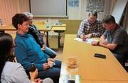 Präsident Stefan Borkert (links) sowie Mitglied und Baufachmann Adrian Ilg erklären den vorläufigen Bauplan. (Bild: Desirée Müller)