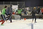 Tolle Stimmung und unberechenbarer Fussball auf Schnee (Bild: Corinne Hanselmann)
