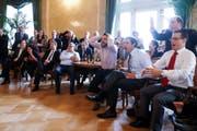 Politikerinnen und Politiker jeglicher Couleur fiebern mit der Schweizer Nati mit. (Bild: PETER KLAUNZER (KEYSTONE))