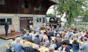Die Gäste konnten im Weiler Balgen unter freiem Himmel restaurierte Stühle ersteigern. (Bild: Trudi Krieg)