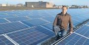 Betriebsleiter Josef Müller auf dem Dach der Produktionshalle der Firma Hügli inmitten der Photovoltaikanlage mit 384 Modulen. (Bild: Fritz Heinze)