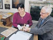 Die amerikanische Mathematikprofessorin Kathy Clark mit Fritz Staudacher, dem Autor des 2013 erschienenen Standardwerkes über Jost Bürgi. Sie halten Bürgis Proportional-Reduktions-Zirkel in den Händen. (Bild: Hansruedi Kugler)