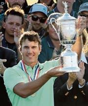 Brooks Koepka präsentiert die Trophäe der 117. US Open. Vor fünf Jahren nahm er noch an der Swiss Challenge teil. (Bild: Charlie Riedel/AP)