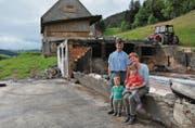Der Brand der Scheune warf die Pläne von Matthias und Monika Kuratli, hier mit ihren Kindern Melchior und Anna, über den Haufen. (Bild: Sabine Schmid)