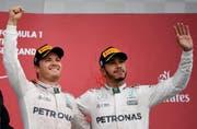 Nicht immer jubelten Nico Rosberg (links) und Lewis Hamilton so einträchtig wie vor zwei Wochen nach dem GP von Japan. (Bild: FRANCK ROBICHON (EPA))