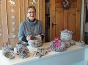 Lotte Rieder lebt in ihrer Freizeit ihre Kreativität aus und kreiert Gegenstände aus altem Papier. (Bild: Samira Hörler)