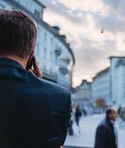 Bei Ermittlungen im Rahmen von Strafverfahren hört manchmal auch die Polizei am Telefon mit. (Bild: ky/Gaetan Bally)
